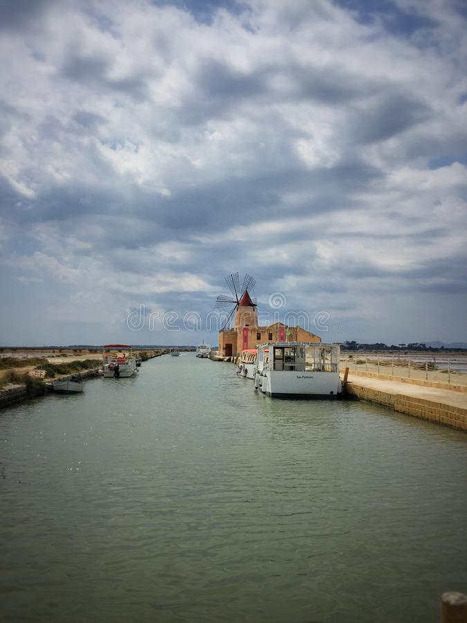 Salinenbauernhof im marsala Italien mit Windmühle lizenzfreie stockfotos
