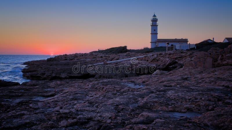 Salines lointains de ses de del cap de phare au coucher du soleil, roches, bâtiment, coucher de soleil, beau ciel d'or, Majorque, photo stock
