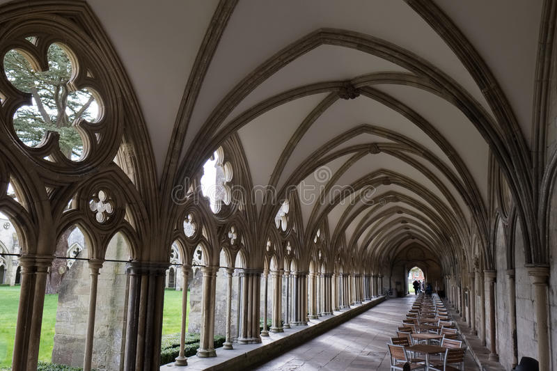 SALISBÚRIA, WILTSHIRE/UK - 21 DE MARÇO: Claustros na catedral de Salisbúria fotografia de stock