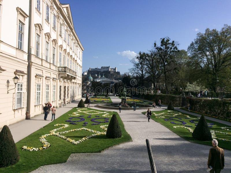 Salisburgo, Austria - 4 aprile 2016: Giardini e Hohensalz di Mirabell fotografie stock libere da diritti