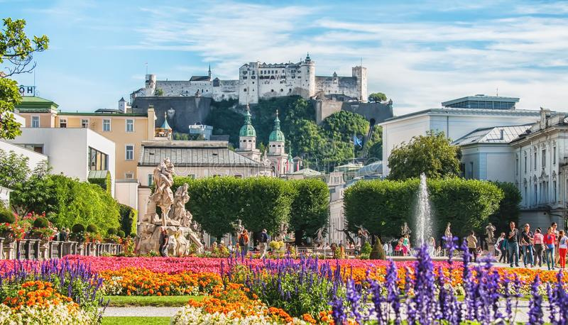 Salisburgo, Austria 08 28 2012 Bella vista della fortezza dal parco storico di Mirabell nel giorno soleggiato di estate immagine stock