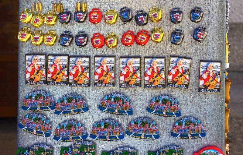 Salisburgo, Austria - 1° maggio 2017: Magneti del ricordo da vendere nella vecchia città di Salisburgo, Austria fotografie stock