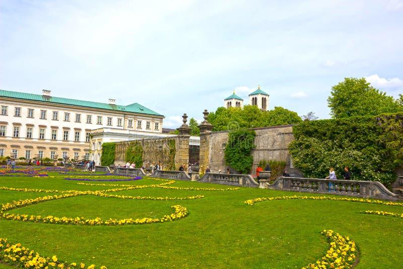 Salisburgo, Austria - 1° maggio 2017: Una parte di bello Mirabell fa il giardinaggio a Salisburgo immagini stock libere da diritti