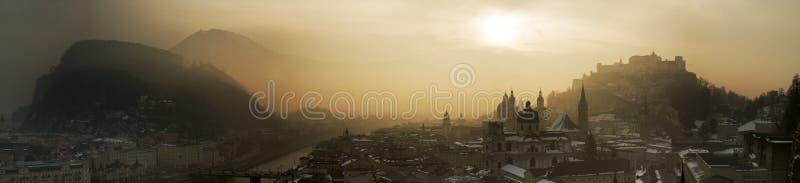 Salisburgo, trascurante la città in un'atmosfera nebbiosa, panoramica, sole di mattina fotografie stock libere da diritti
