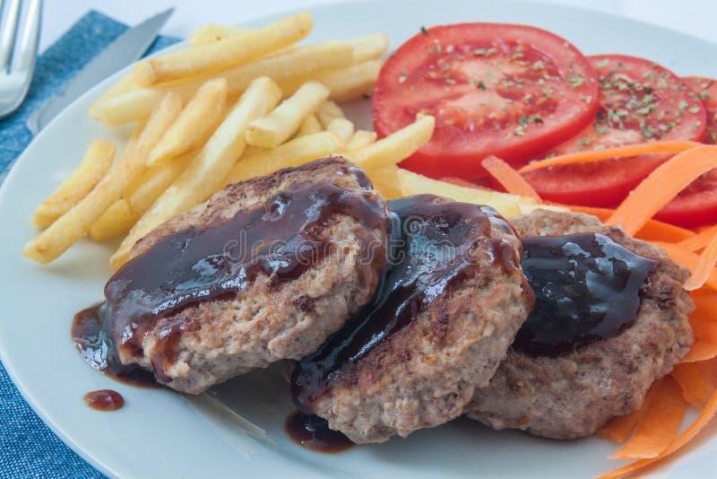 Salisbury steak met saus stock foto