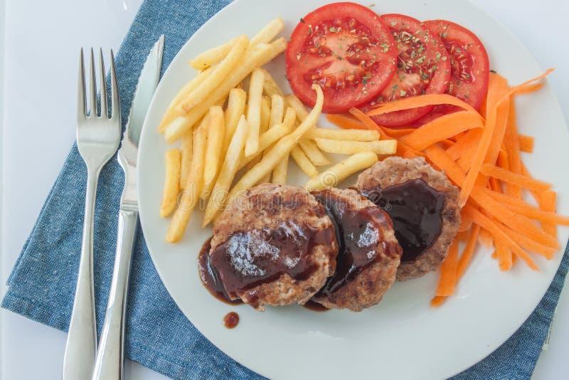 Salisbury steak met saus stock afbeelding