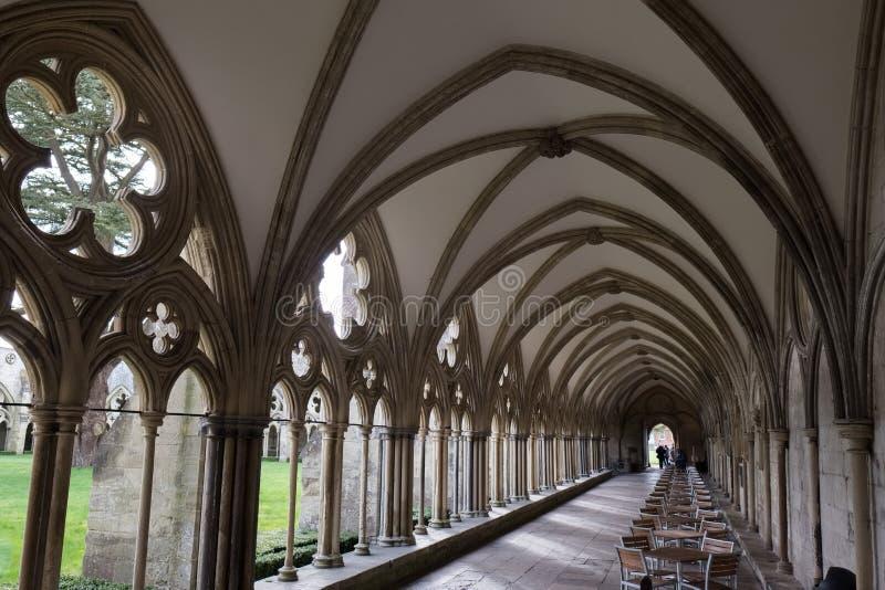 SALISBURY, WILTSHIRE/UK - 21 DE MARZO: Claustros en la catedral de Salisbury fotografía de archivo