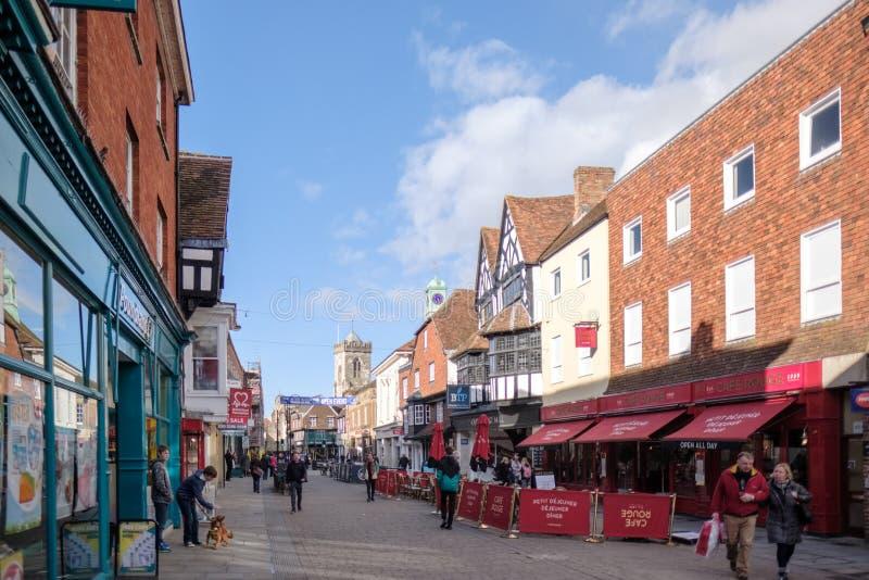 SALISBURY, WILTSHIRE/UK - 21 MAART: Hoofdstraat het Winkelen Gebied i stock fotografie