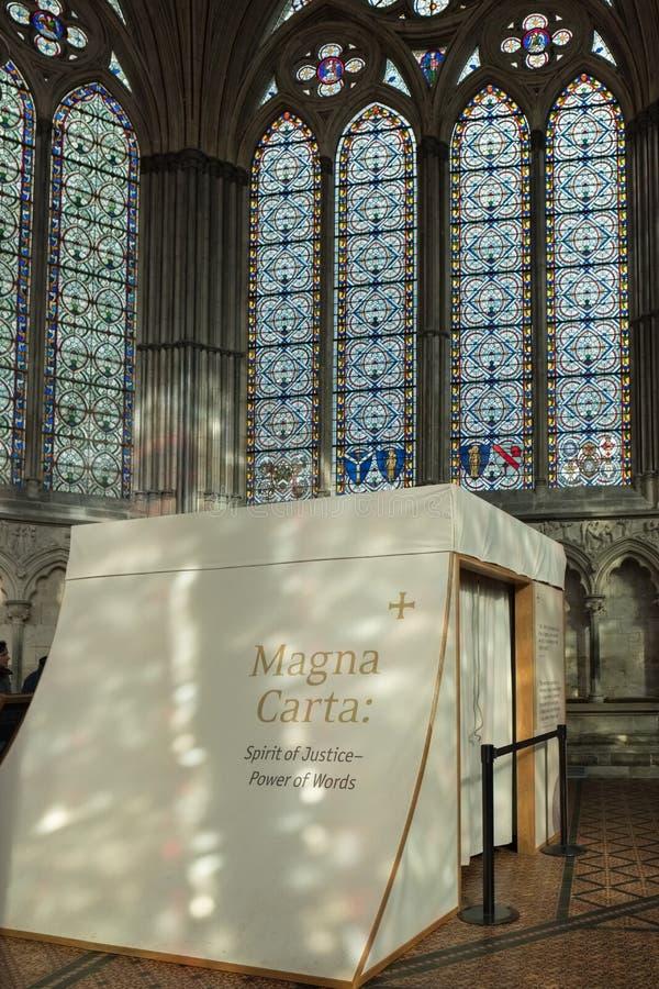SALISBURY, WILTSHIRE/UK - 21 MAART: Magna Carta in Ca van Salisbury stock afbeeldingen