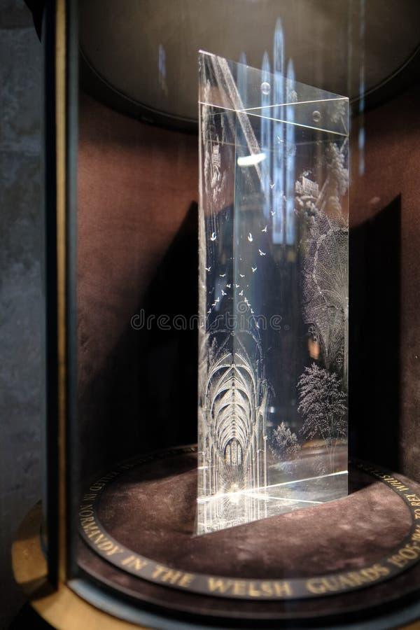 SALISBURY WILTSHIRE/UK - MARS 21: Glass prismaminnesmärke till konst royaltyfri bild