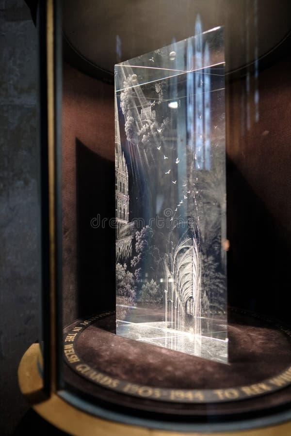 SALISBURY WILTSHIRE/UK - MARS 21: Glass prismaminnesmärke till konst royaltyfri fotografi