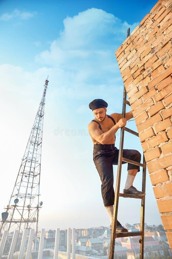 Salita bella del costruttore sulla scala su fotografie stock libere da diritti