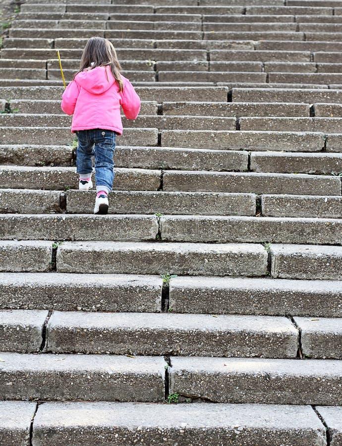 Salita del bambino più scale di pietra fotografia stock libera da diritti