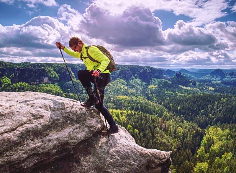 Salita di Skarner sulla montagna con i pali e lo zaino di trekking fotografie stock libere da diritti