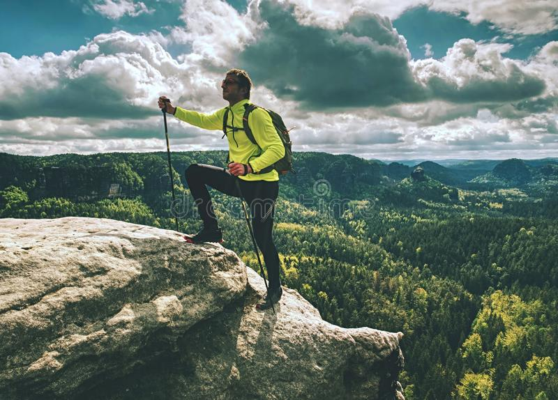 Salita di Skarner sulla montagna con i pali e lo zaino di trekking fotografia stock
