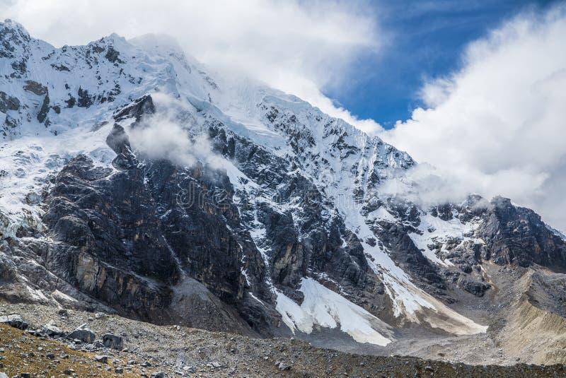 Salkantay som Trekking Peru royaltyfri fotografi