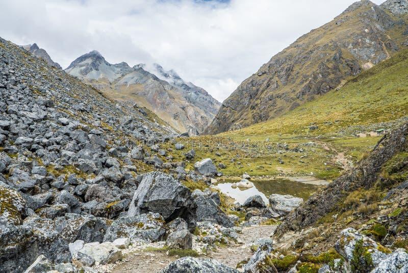Salkantay som Trekking Peru royaltyfri bild