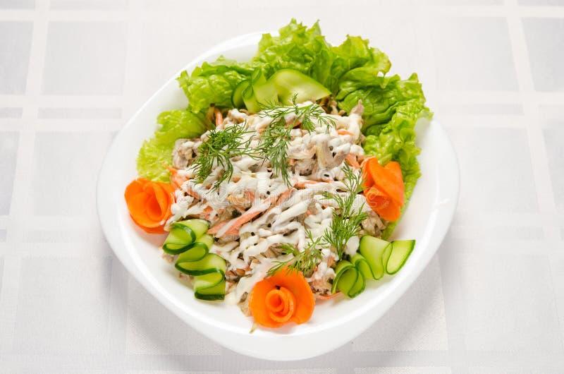 Sallad av kokt nötkött, champignons, morötter, inlagda gurkor, lökar och grönsallat som kryddas med majonnäs fotografering för bildbyråer
