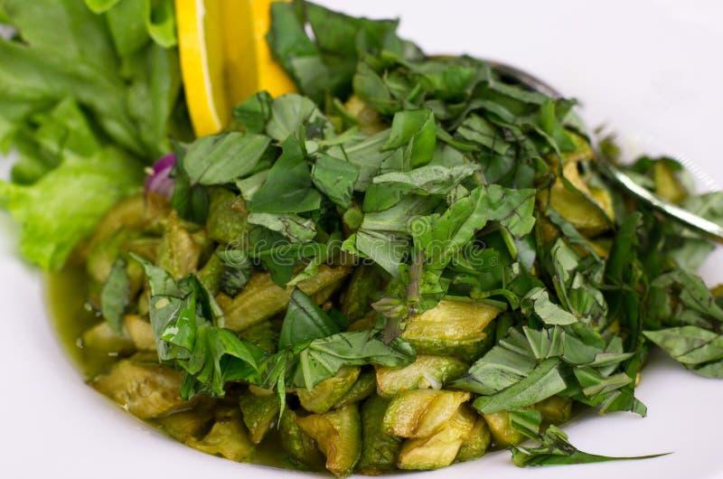 Sallad av nya grönsaker med arugula, zucchini, citron, grönsallat arkivfoton