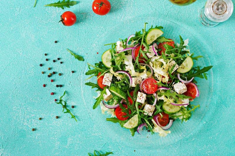 Sallad av nya grönsaker - tomat, gurka- och fetaost i grekisk stil royaltyfri fotografi