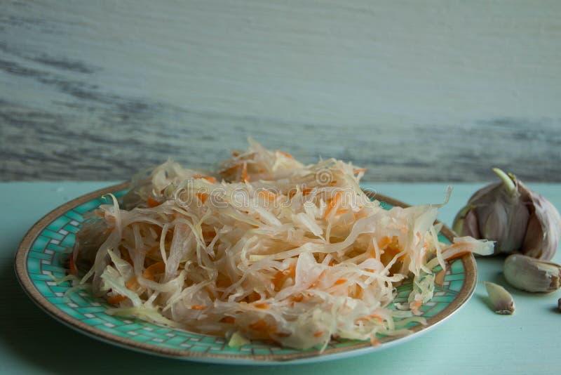 Sallad av surkålen och morötter i lantlig stil Inlagd kål med morötter Marinerad kål i den glass kruset arkivbilder