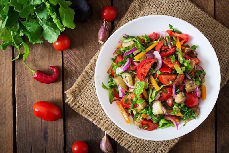 Sallad bakad aubergine och nya tomater royaltyfria foton