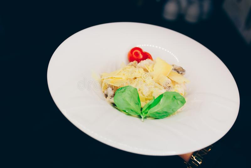 Sallad Caesar för sparris för rucolaen för uppassareportionsallad på restaurangen, stänger sig upp sikt Äta och fritidbegrepp ton arkivbilder