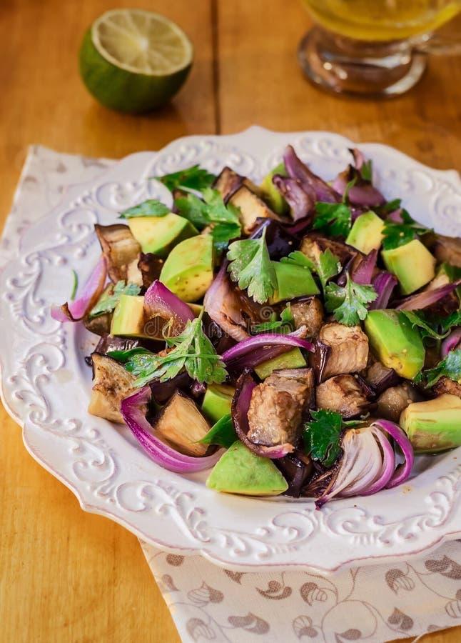 Sallad för aubergine (aubergine) och avokado royaltyfri fotografi