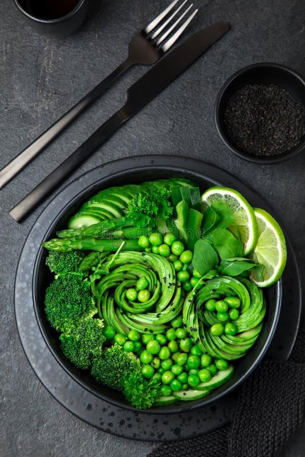 Sallad för avokado, för gurka, för broccoli, för sparris och för söta ärtor, fre arkivfoto