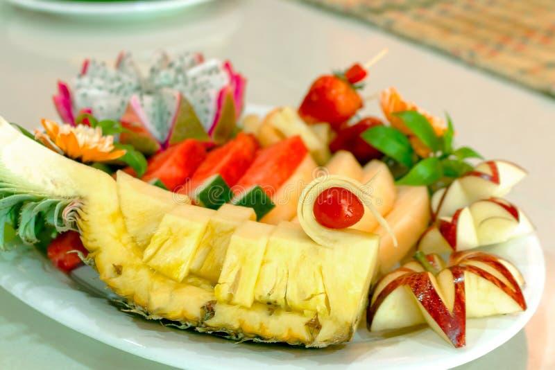 Sallad för ny frukt i bunke på vit bakgrund som är sund bantar begrepp jordgubbe för frukt för ananasvattenmelonApple drake arkivfoton