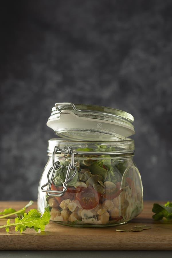 Sallad f?r ny gr?nsak i exponeringsglaskrus Banta, detoxen, rent ?ta och det vegetariska begreppet, kopieringsutrymme royaltyfri fotografi