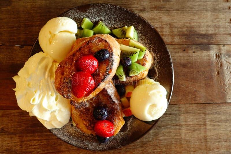 Sallad för nya frukter med glass på plattan och bär med grillad höna royaltyfria bilder