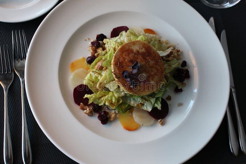 Sallad för restauranggetost med rödbeta och tranbär royaltyfri fotografi