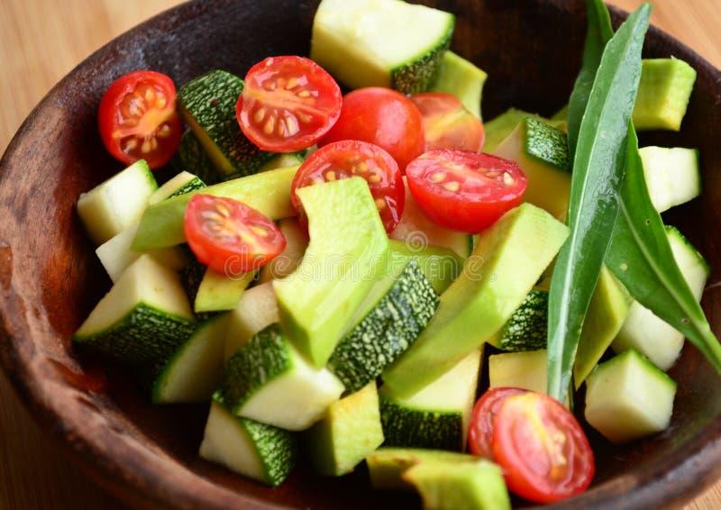 Sallad för tjänstledigheter för argula för körsbärsröd tomat för avokado royaltyfri foto