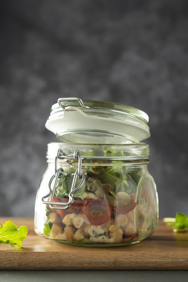 Sallad f?r ny gr?nsak i exponeringsglaskrus Banta, detoxen, rent ?ta och det vegetariska begreppet, kopieringsutrymme royaltyfria foton