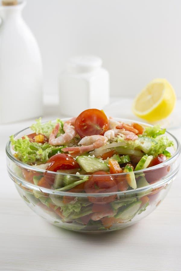 Sallad från nya grönsaker och den havs- tomatgurkan gör grön sesamräka i en genomskinlig exponeringsglasbunke Strikt vegetarianve royaltyfri bild