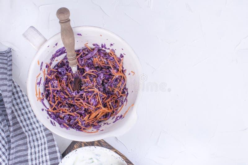 Sallad från nya kål och morötter vitaminer för grönsaker för tomat för gurkasalladfjäder praktiska Lunch är vegetarisk Smaklig oc royaltyfria bilder