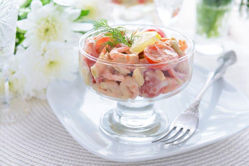 Sallad från räkor, avokadot och körsbärsröda tomater med majonnäsdressingen royaltyfri bild