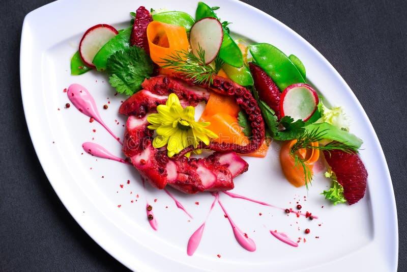 Sallad med bläckfisken och grönsaker arkivfoton