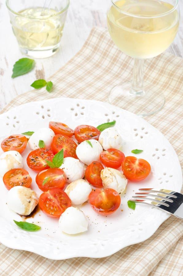 Sallad med den mini- mozzarellaen, körsbärsröda tomater och ny basilika fotografering för bildbyråer