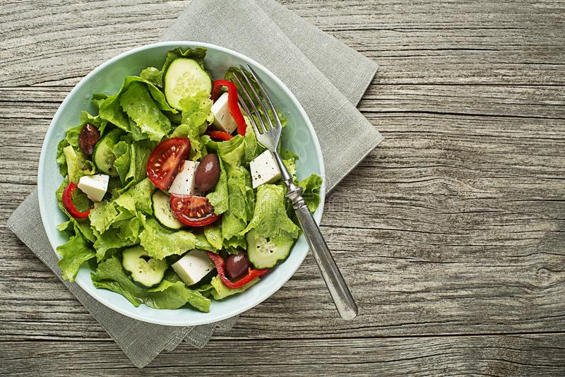 Sallad med feta, tomaten och grönsaker royaltyfri fotografi