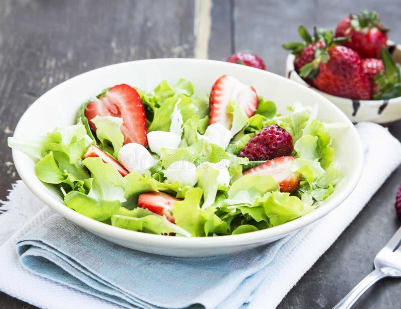 Sallad med jordgubben, grön grönsallat och ost royaltyfria foton