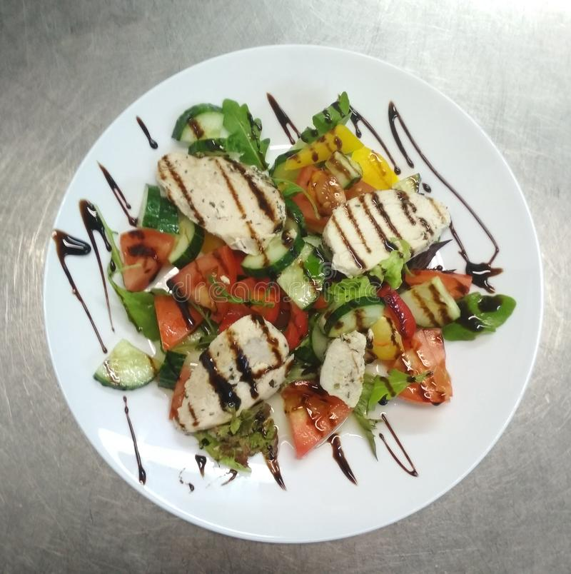 Sallad med kött, tomater, gurkor, peppar, koriander royaltyfria bilder