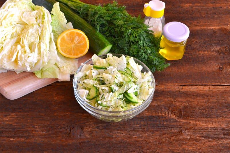Sallad med kinakål och gurkor Grönsaker citron, grönsakolja, sund mat royaltyfria foton