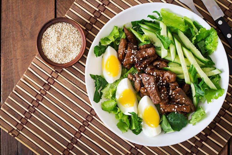 Sallad med kryddigt nötkött, gurkan och ägg royaltyfri foto