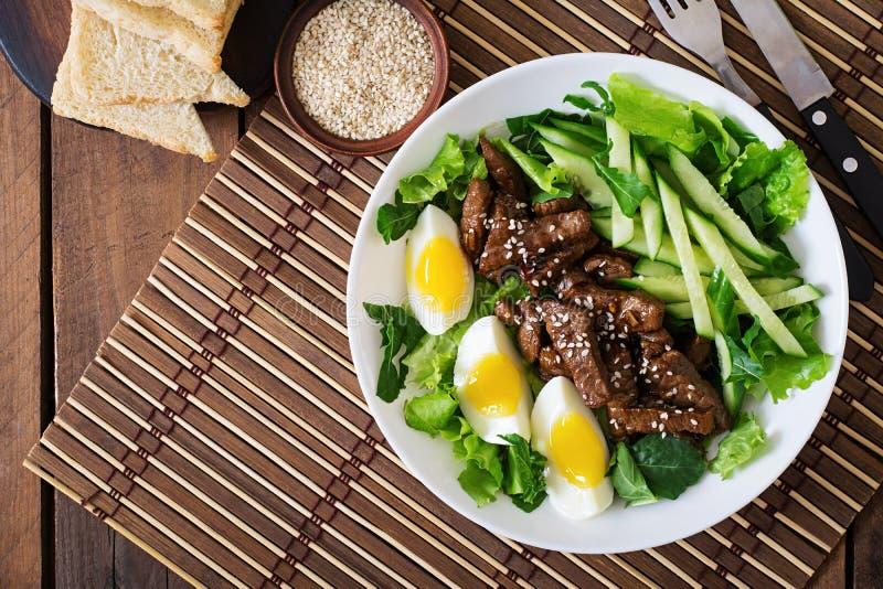 Sallad med kryddigt nötkött, gurkan och ägg fotografering för bildbyråer