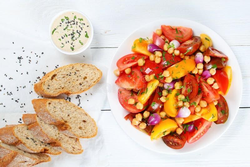 Sallad med nya tomater, garbanzobönor arkivfoto