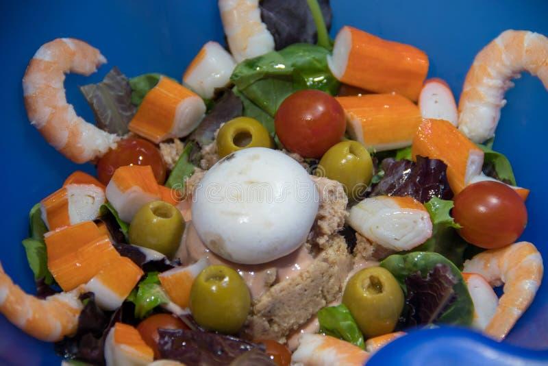 Sallad med tonfisk- och krabbapinnar royaltyfria foton