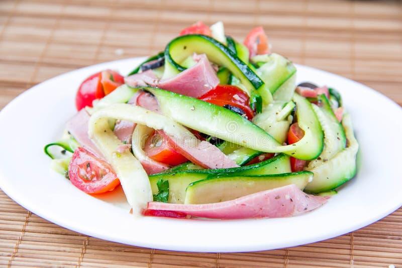 Sallad med zucchinien, skinka och tomaten royaltyfri foto