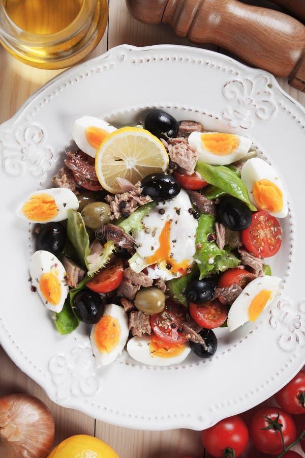 Sallad Nicoise med ägg och tonfisk royaltyfri bild